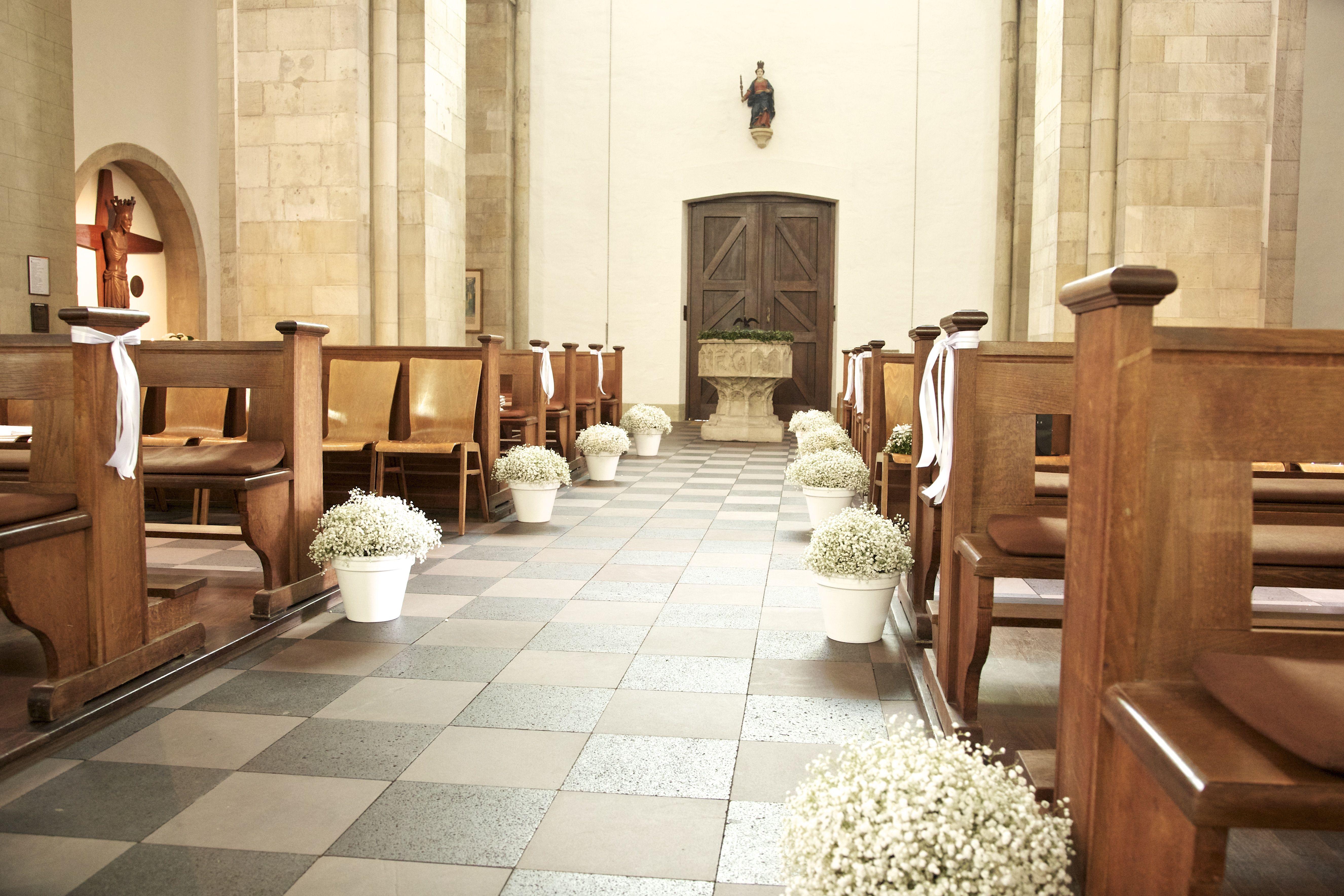 Dekorierte kirche mit schleierkraut standesamtliche for Haus dekorieren hochzeit