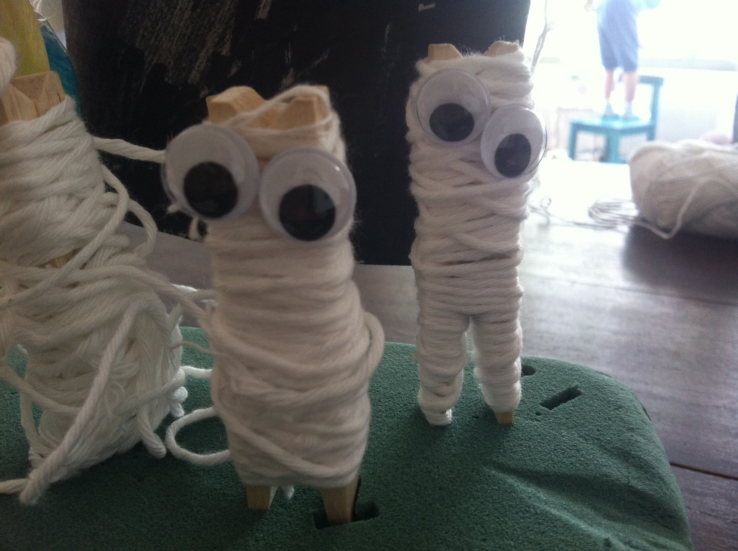 Zombies made from clothespins and yarn Easy Halloween craft