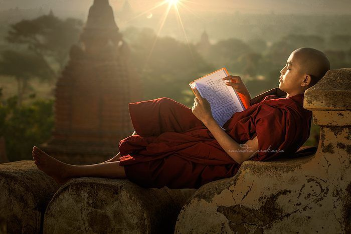 "958 Me gusta, 17 comentarios - rarindraprakarsa.com (@rarindra_prakarsa) en Instagram: """"Learning everywhere"" From my workshop in Bagan, Myanmar. #book #budhism #monk #Myanmar. #kids…"""