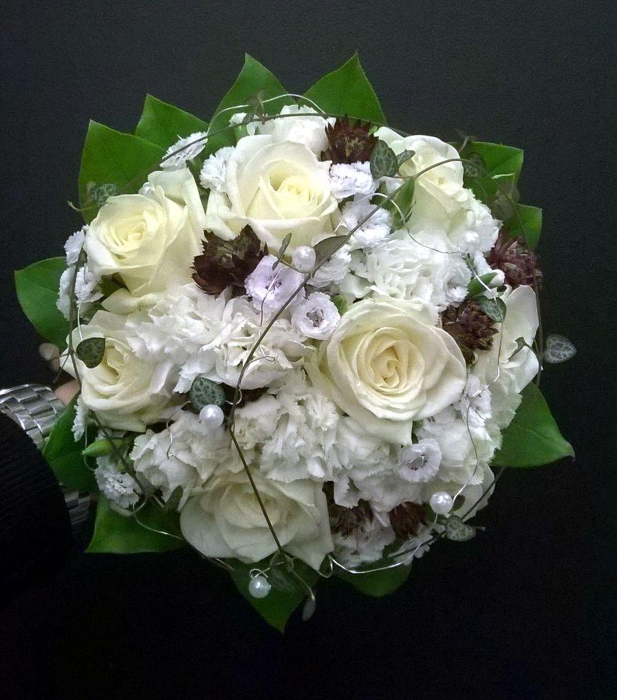 Morsiuskimppu ruusuista helmikoristein
