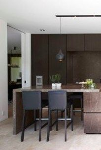 moderne keuken met natuurstenen front