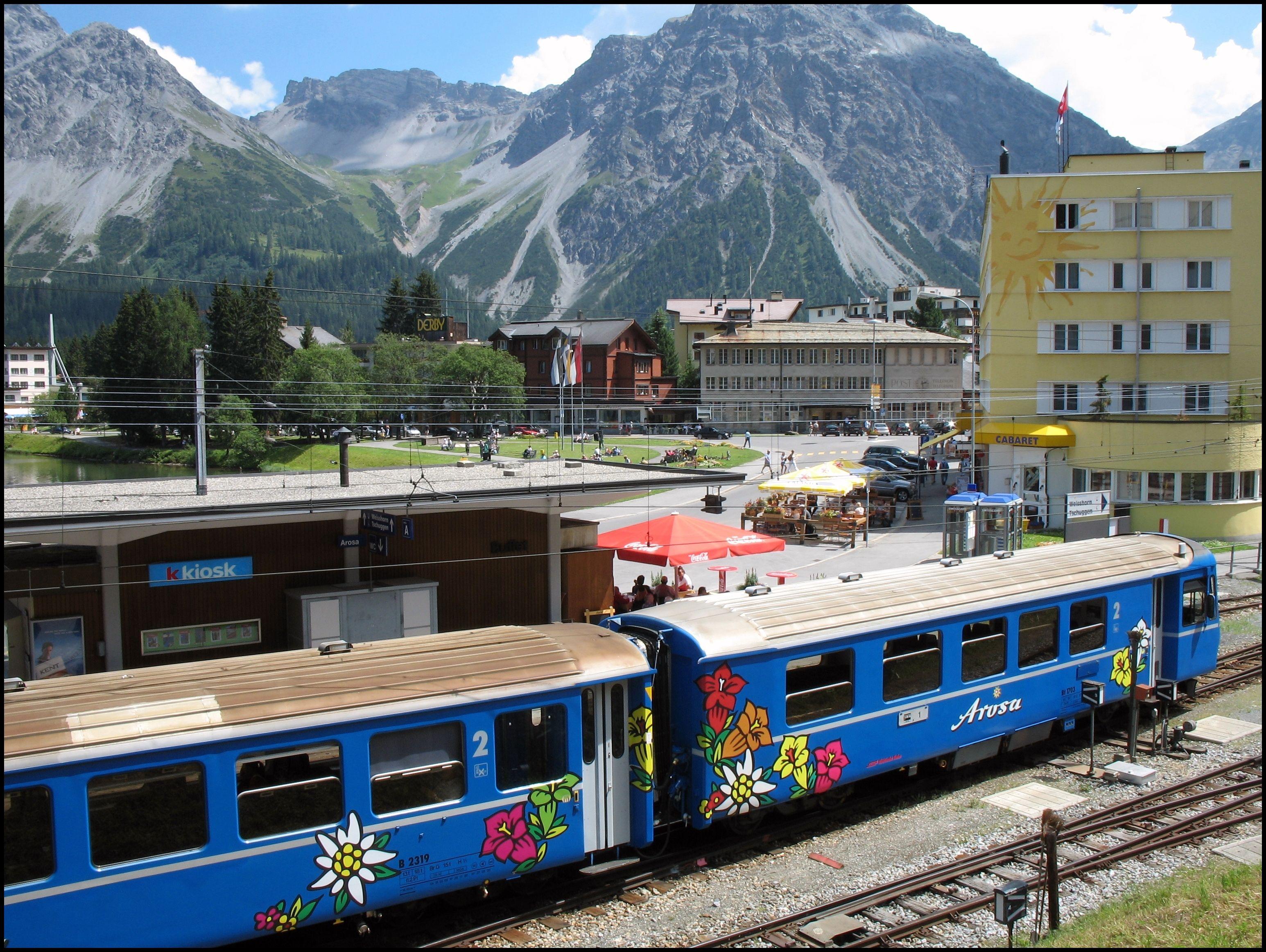 Der Bahnhof von Arosa mit dem Arosa Express der Rhätischen