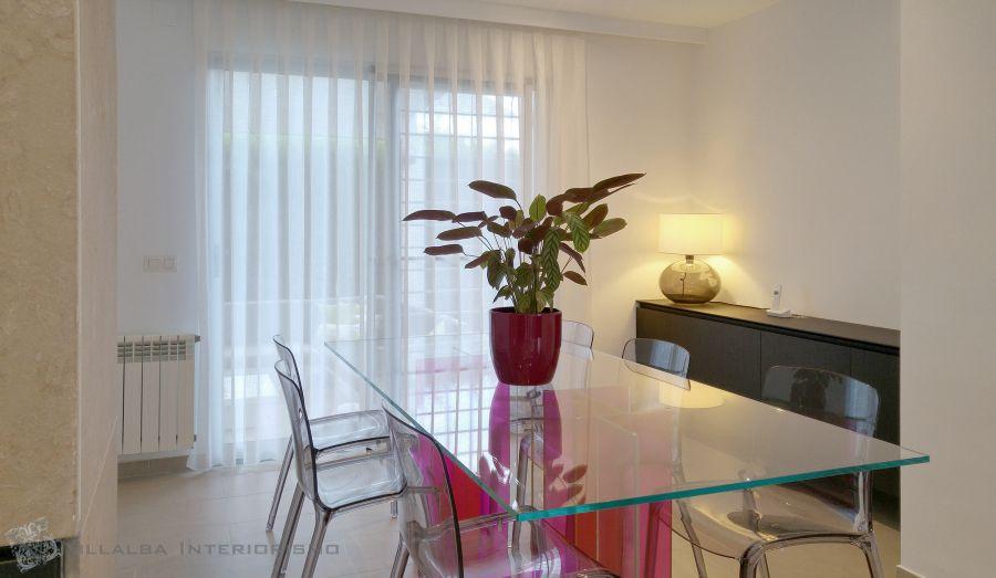 Cortina blanca para puerta terraza en el comedor moderno - Villalba