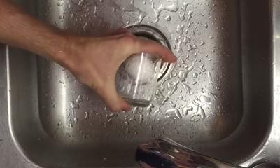 Met deze simpele tip is een ei pellen voortaan heel simpel! Probeer het ook.