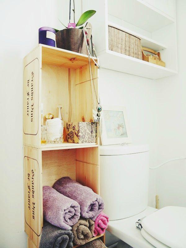 Petit meuble avec des caisses à vin dans la salle de bains besoin dun peu de rangement dans une toute petite salle de douche