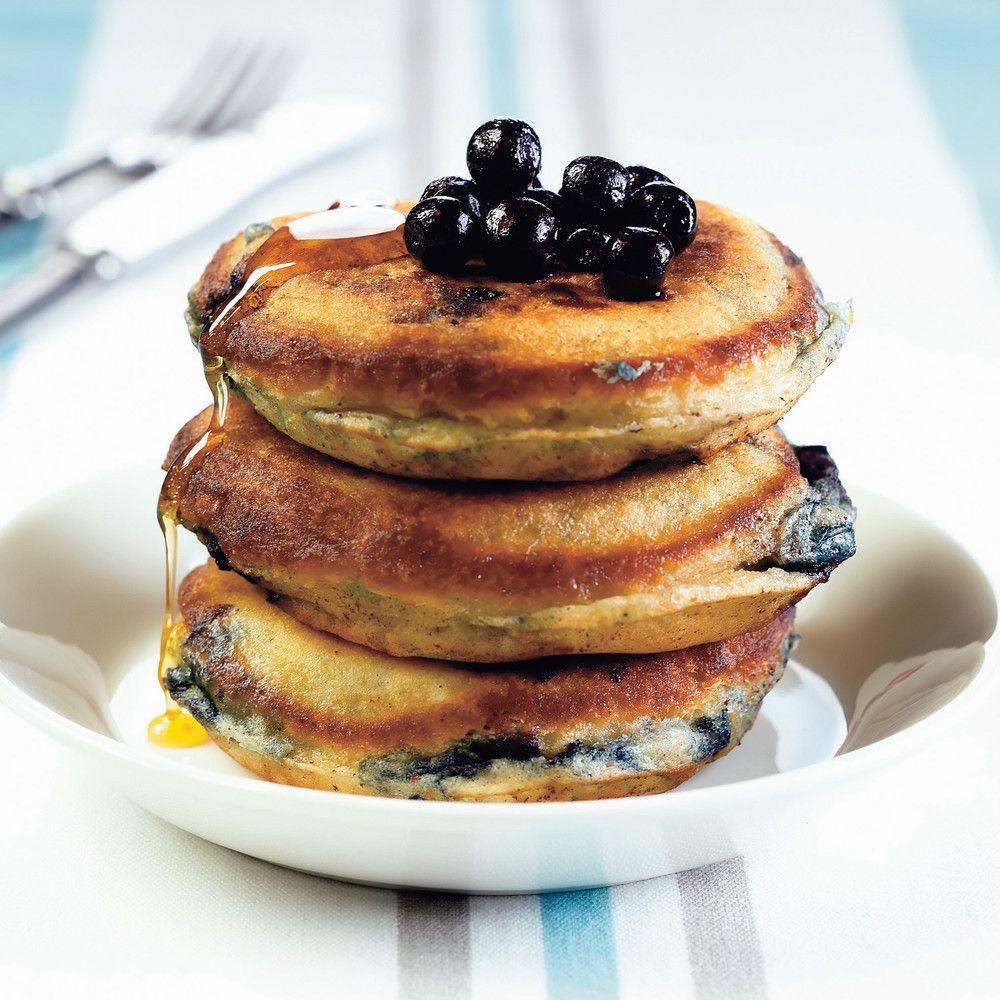 Pancakes eli amerikkalaiset mustikkapannukakut tarjotaan vaahterasiirapin kanssa.