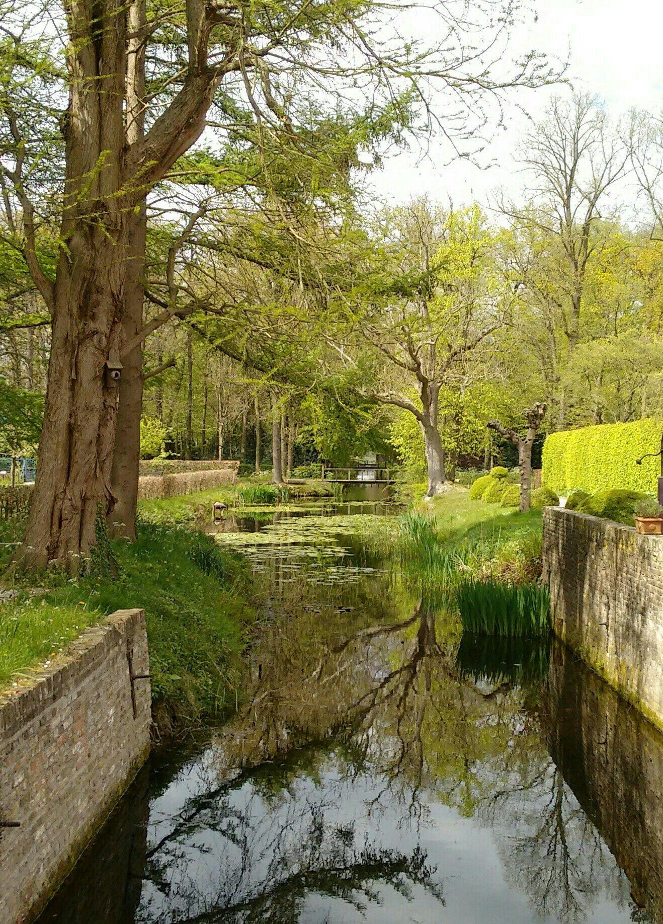 Gracht rondom kasteel Sypesteyn, Loosdrecht.