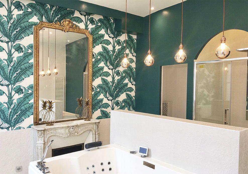 Le papier peint tropical La Havane de Nobilis dans la salle de bain