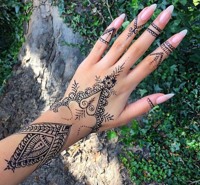 Pin De Roxanne Em Tattoos Tatuagem Indiana Na Mao Tatuagem De Henna Tatuagem No Dedo