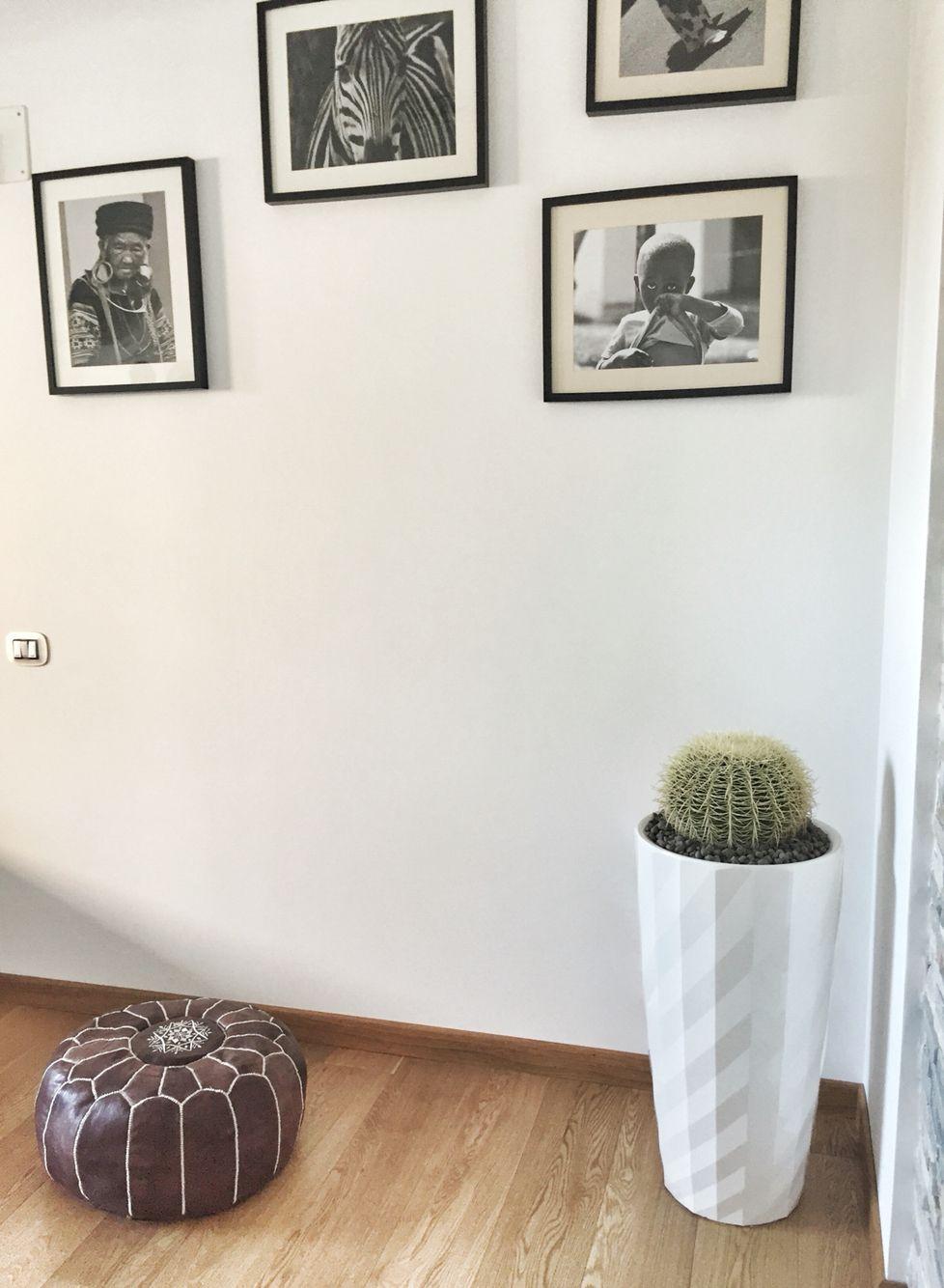 Una parete ancora da riempire con scatti in bianco e nero e il mio ultimo acquisto made in Marrakech