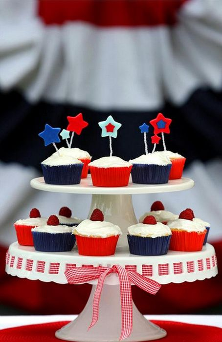 everythingfab & Love the cake plate with the ribbon. Cute way to serve cupcakes on ...