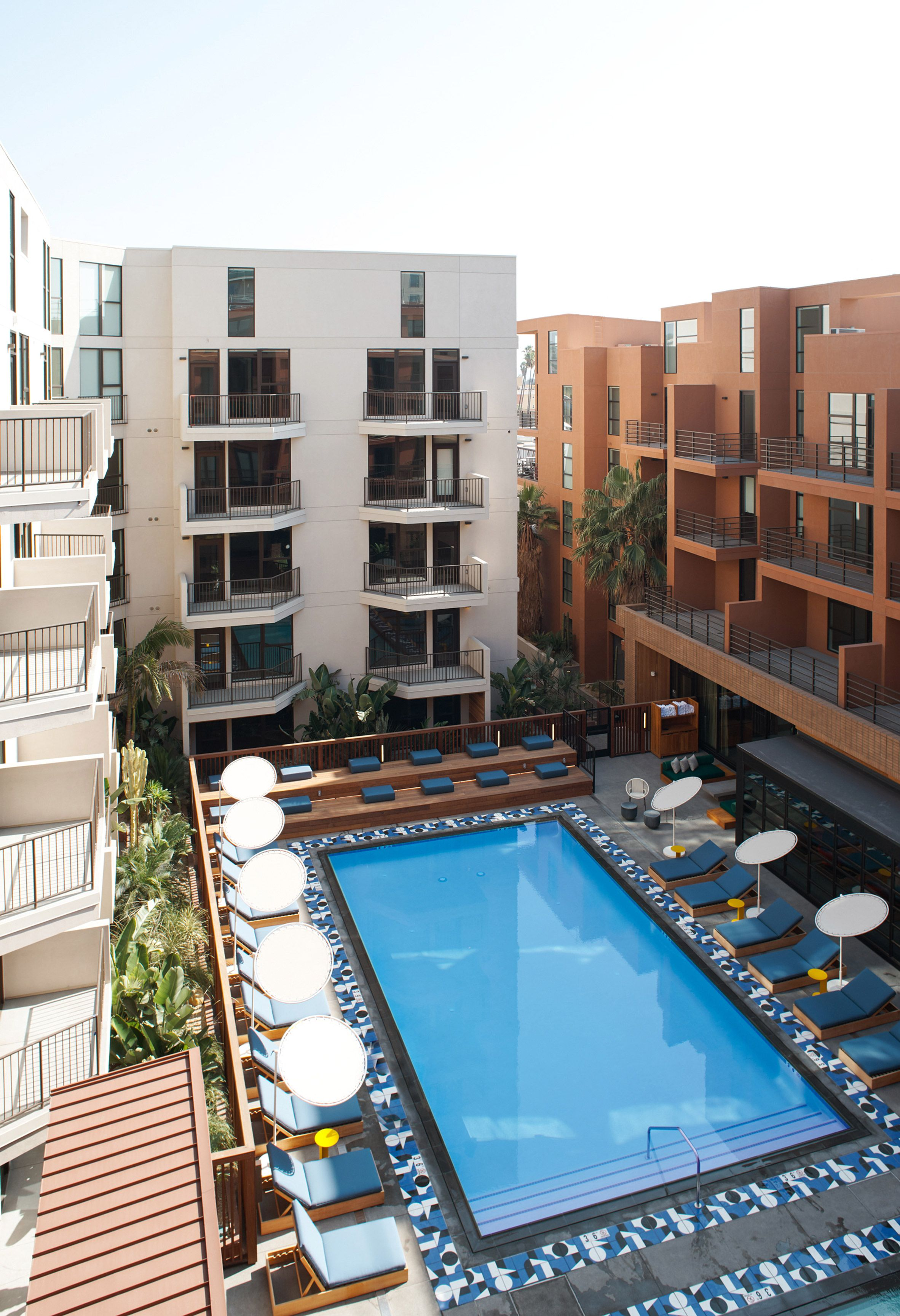 Commune Incorporates Resort Style Amenities Into Hollywood S El Centro Apartment Complex Pool Hollywood Apartment Apartment Pool