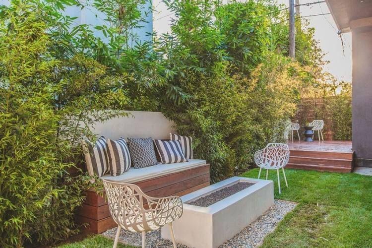 amenagement-jardin-terrasse-banc-bois-coussins-foyer-béton-chaises