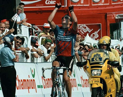 1995 21/7 rit 18 Limoges > Lance Armstrong wins and honours Fabio Casartelli who died a couple of days ago during a tragedic accident in the descent of one of the mountain stages