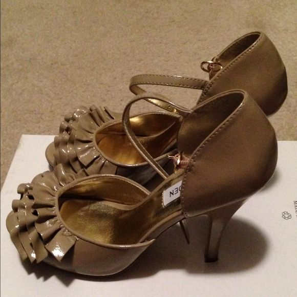 Size 6 Steve Madden peep toe pumps Color: Taupe Steve Madden Shoes Heels