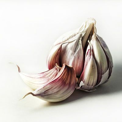 Garlic contains allicin, a sulfuric compound that produces potent antioxidants when it decomposes.