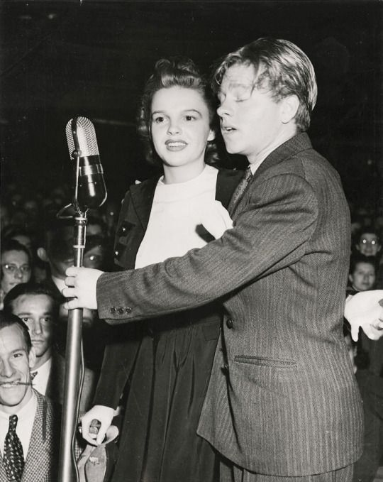 Judy Garland And Mickey Rooney Performing At The Herald Express