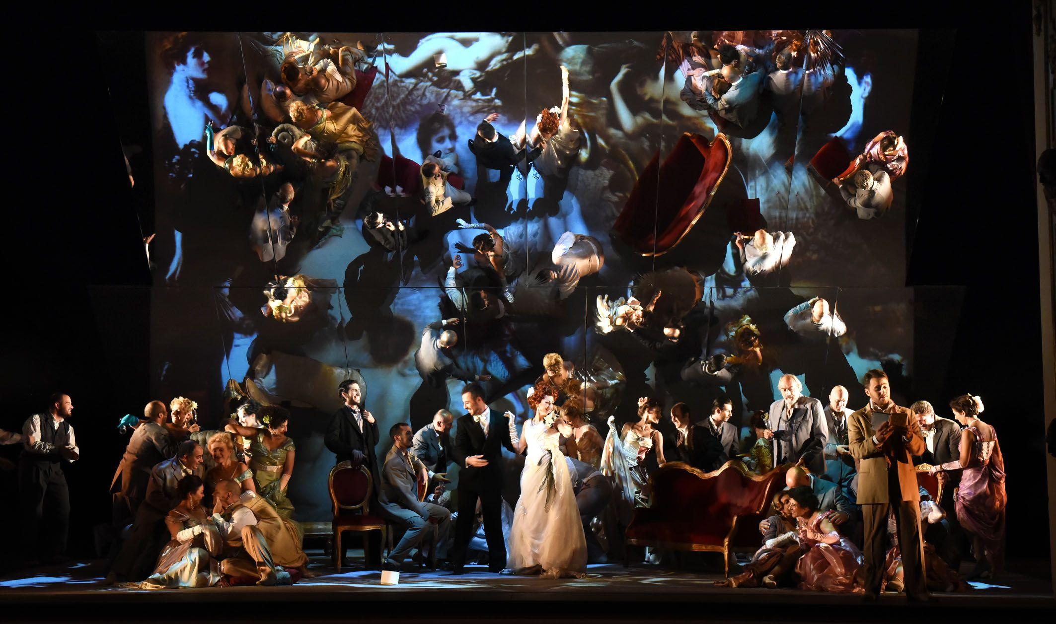 Al centro Sonia Ciani (Violetta Valéry), Andrea Pellegrini (Barone Douphol), sulla destra Fabrizio Paesano (Alfredo Germont), Atto I - foto Roberto Ricci