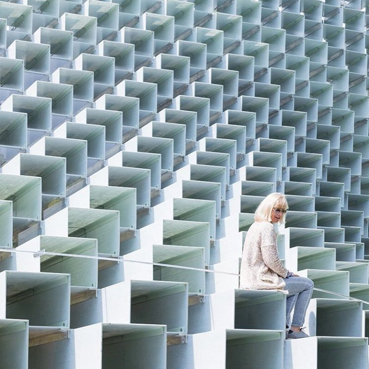 Yesterday, Bjarke Ingels revealed his Serpentine Pavilion, a 46-foot wall of over 1,800 extruded fiberglass boxes stacked on top of one another, in London. The structure is a hybrid in terms of both function and appearance. When viewed straight on, the pavilion appears to be a dramatic cavernous walkway, but a side view yields an orthogonal transparent grid. : courtesy of Serpentine Pavilion. #architecture #design #bjarkeingels #BIG #serpentinepavilion #london @bjarkeingels... - Interior…