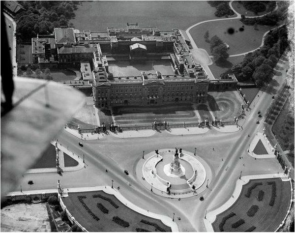 A 1921 aerial photograph of Buckingham Palace. Such pictures today are an impossibility due to flght restrictions https://t.co/rGW317Od8w