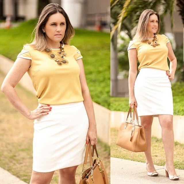 A Paula escolheu um lindo look com saia de couro para o verão! Saia e blusa @lojasgregory Bolsa @lojasgregory #usogregory Sapatos @jorgebischoff Brincos @anarellajoias Colar @monicadicreddo  #modanotrabalho #lookdodia #lookdetrabalho #beautiful #bestoftheday #workfashion #fashion #photooftheday #saiaparatrabalhar