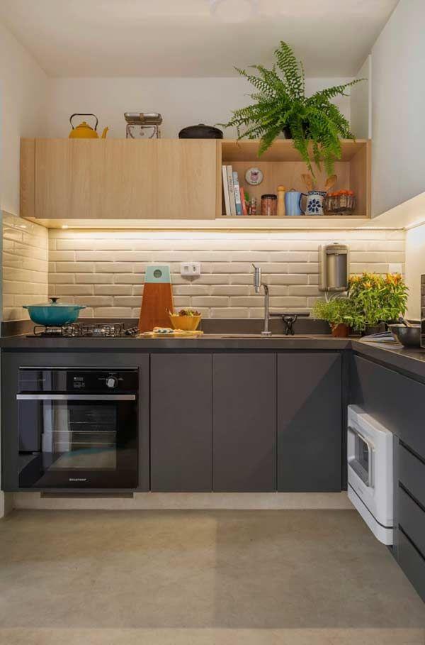 Cozinha com armário superior e inferior com acabamentos diferentes ...