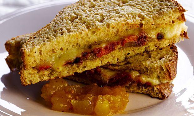 Sanduíche quente de queijo, tomate seco e chutney de manga