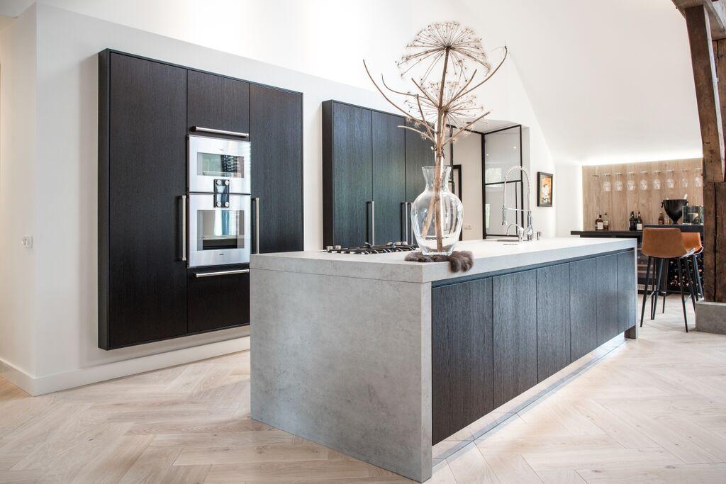 Moderne Zwarte Keuken : Moderne zwarte keuken met beton maatwerk design black kitchen