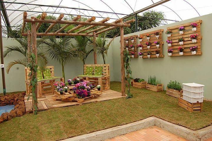 Como Decorar Un Patio O Jardin Con Maderas Recicladas Jardines Rusticos Jardin Con Palets Muebles De Jardin