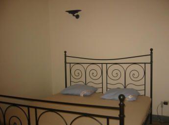 Et soveværelse, med stort klædeskab med spejle fra loft til gulv. Se ...