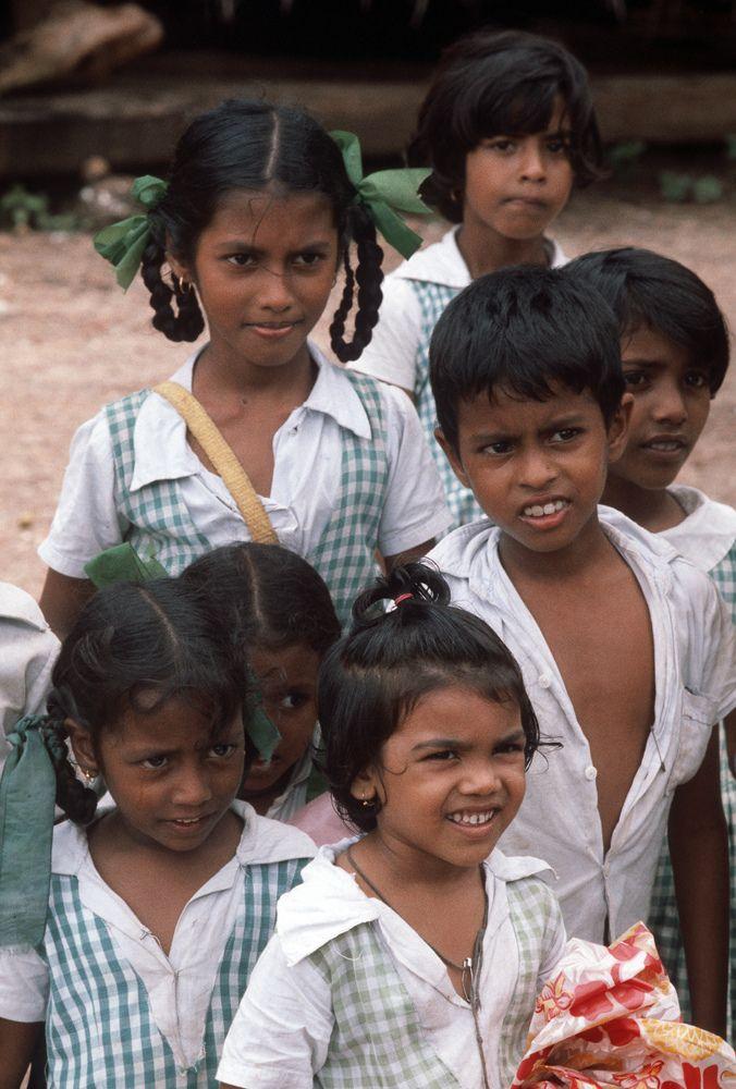 https://flic.kr/p/dMzyDR | India - Goa, le divise della scuola... | Scansione da diapositive; le foto sono state scattate nell'Agosto 1980