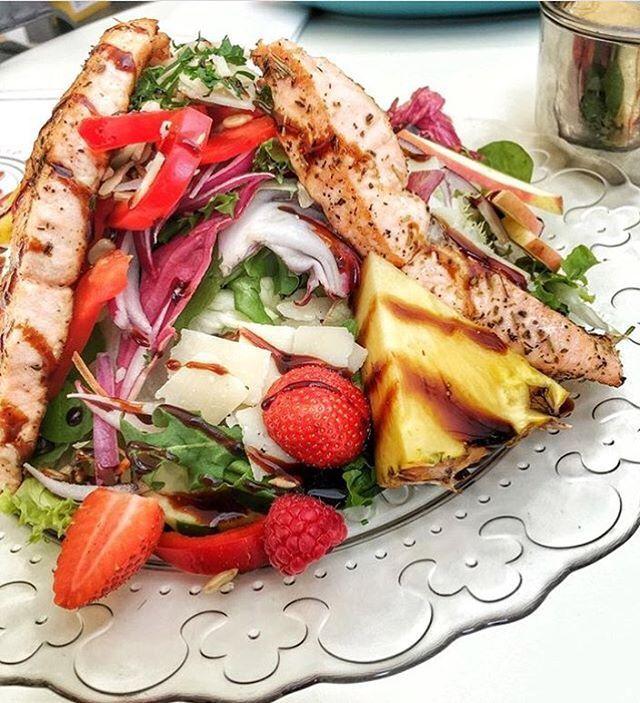 BABÁMOS! Alguem aqui acha que saladas não matam a fome? 🤔  Sempre que partilhares uma foto de comida/bebida/espaço, arrasta-nos contigo através da hashtag #lagosfindfood e juntos bora revelar a gastronomia mais apetecível da cidade! ! 🍴🍷 Obrigado: @micaad até á proxima📸|| . .  #lagosfoodies #lagosportugal #algarve #foodporn #hungry #yummi #foodlocal #foodphotography #foodstagram #food #foodshare #salad #healthy #delicious #pineapple #salmon #strawberry