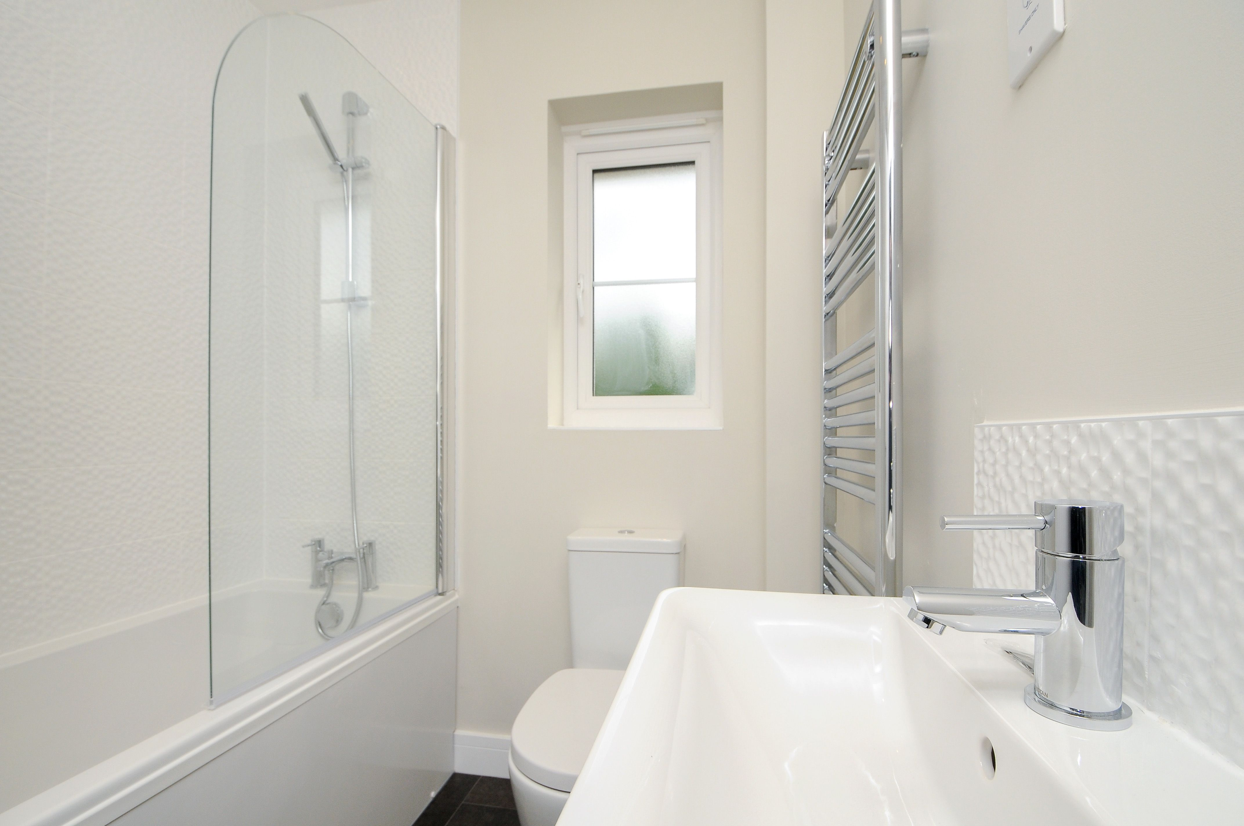The Elmswood @ Woodlands, Launton. Family bathroom showing Ideal ...