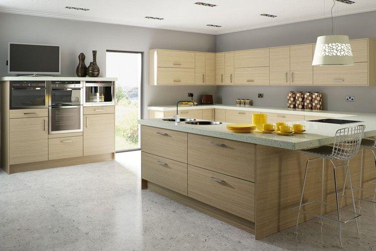 seidengraue Wandfarbe, helle Holzküche und weiße Quarz ...