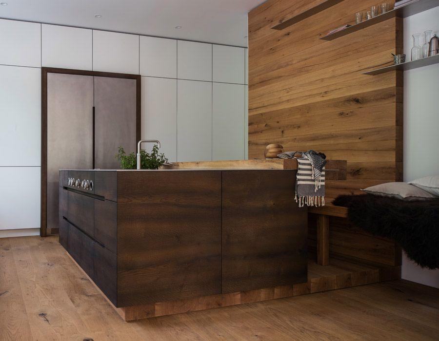 erlesene materialien wie eichenholz und edelstahl finden verwendung bei dieser werkhaus k che. Black Bedroom Furniture Sets. Home Design Ideas