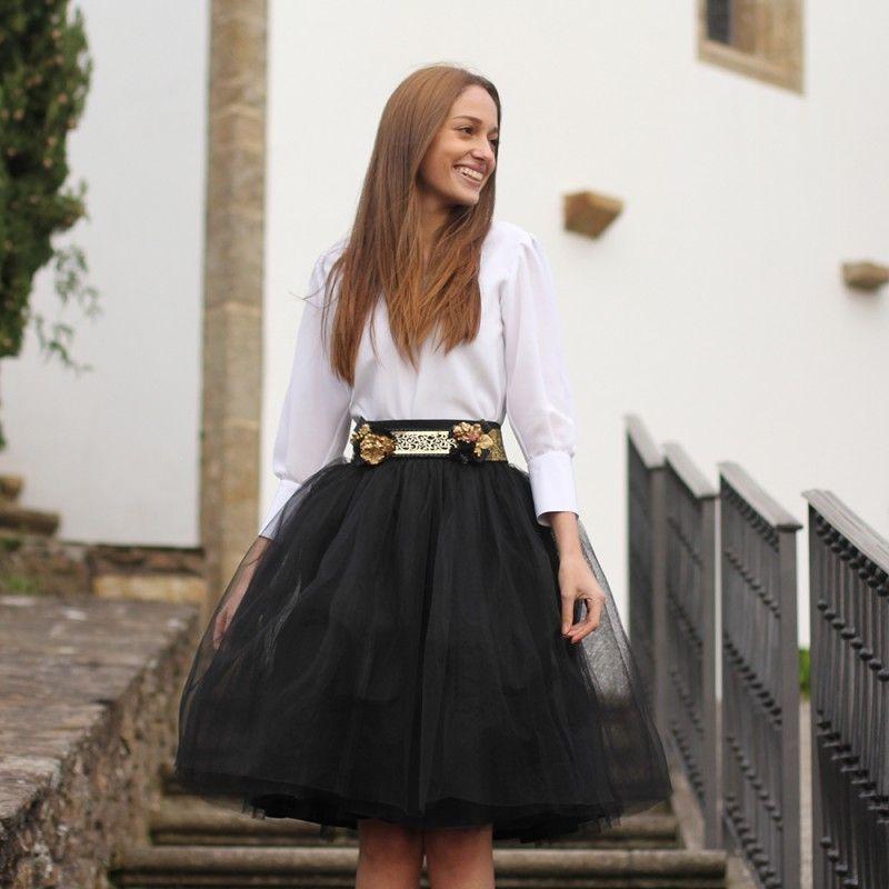 ef3c076dc Falda de tul tipo Carrie en color negro hecha a medida en Galicia y blusa  romántica blanca. Invitada perfecta para boda de día