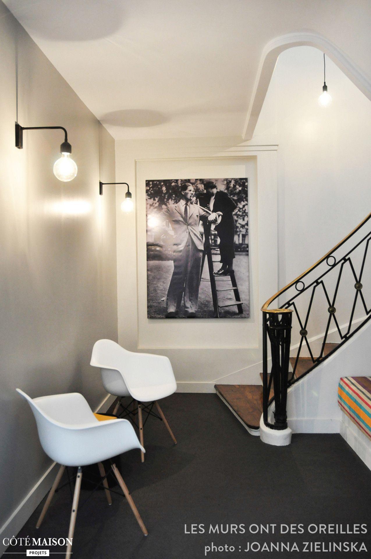 Deux chaises design et un tableau suffisent pour donner  un