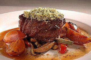 Recetas | Lomo con salsa de cebollas y vino Merlot, vegetales torneados | Utilisima.com