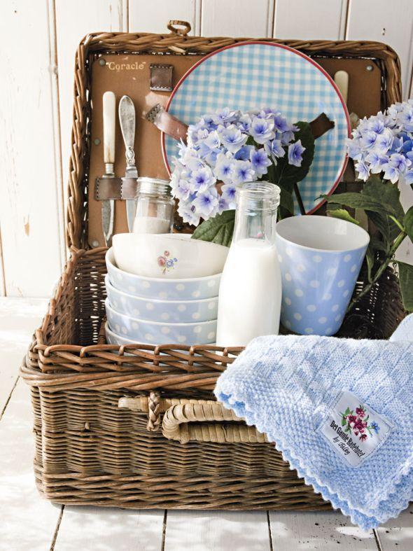 deko accessoires f r die eigenen vier w nde picknickkorb wohndeko und hellblau. Black Bedroom Furniture Sets. Home Design Ideas