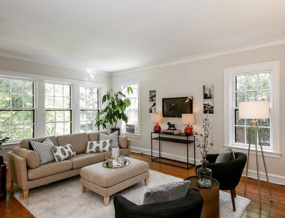 This Vintage 2 Bedroom Condo In Evanston Is Extra Bright Thanks To Corner Location In Building And Vintage Apartment Beautiful Living Rooms Apartments For Rent