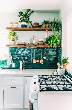 Fantastische glossy-grüne #Fliesen für die #Küche! Dazu ein paar Pflanzen, Holz und Kupfer ..