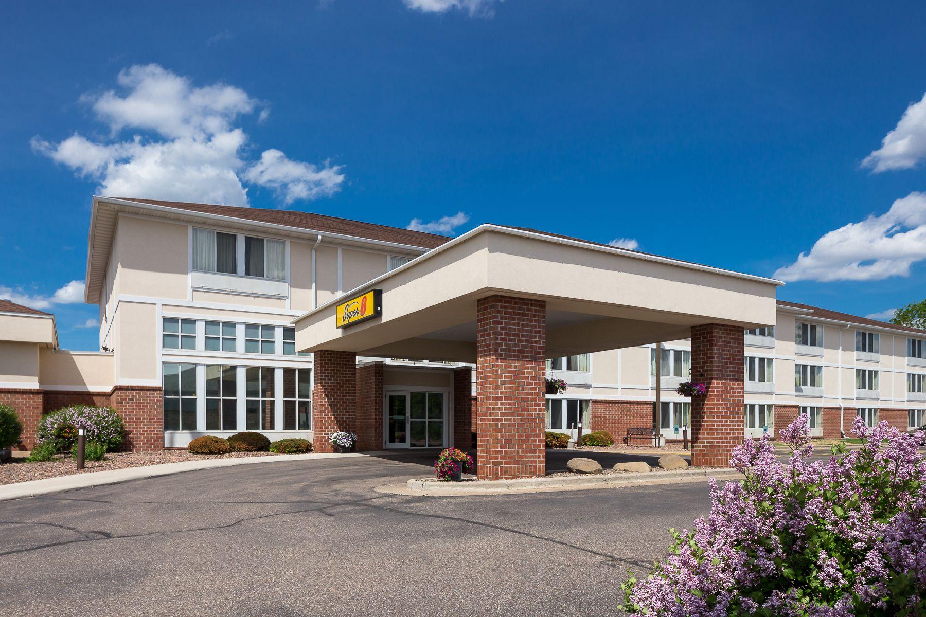 Menomonie Super 8 Located Off Interstate 94 The Super 8 Of Menomonie Wisconsin Is Near Wakanda Waterpark And Is Minutes From M Menomonie Hotel House Styles