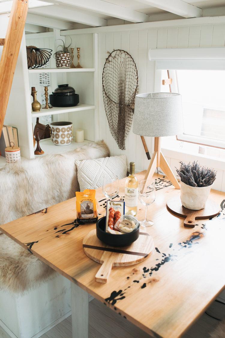 Seattle Lakeside Lovenest - a Romantic PNW Houseboat Airbnb Getaway