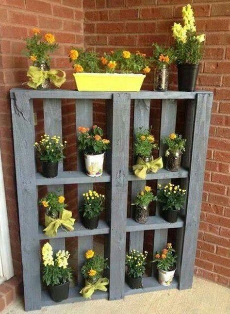 Elegant Terrassen  Und Gartengestaltung Mit Sideboard Aus Paletten Und Gelbe Blumen