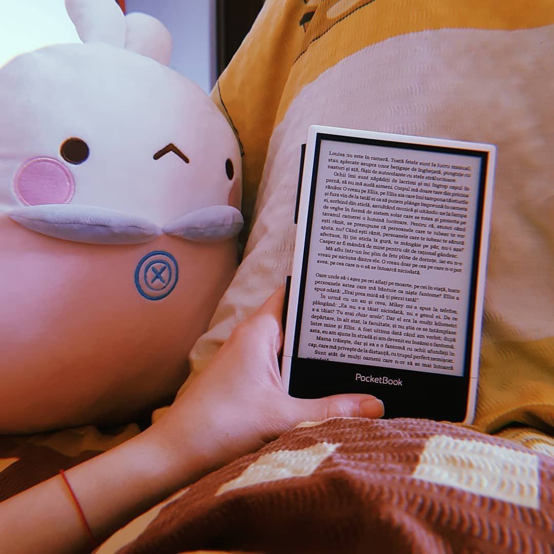 Lazy, lazy, lazy. Molang/Romică says hi. #molang #reading #lazy #homebody #kathleenglasgow #girlinpieces #readersofinstagram #ebook…