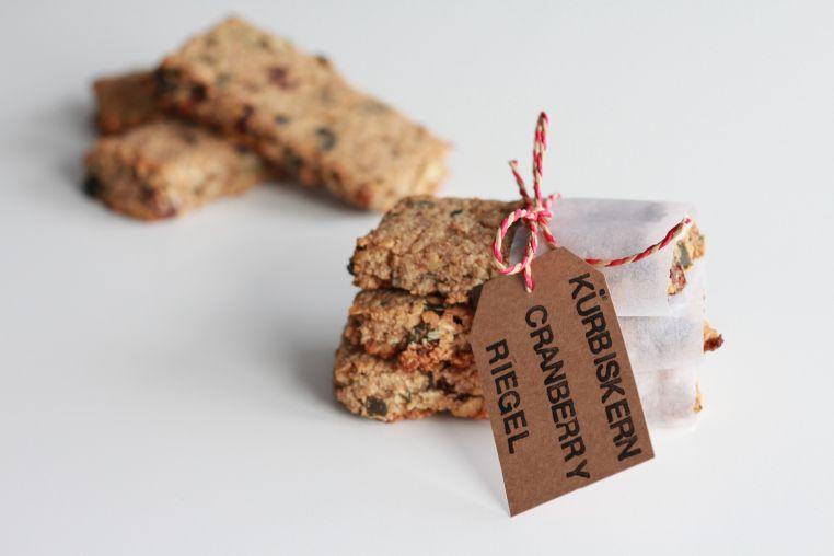 Kürbiskern Cranberry Riegel - Perfekt als Snack für unterwegs oder als schnelles Frühstück auf die Hand! #happyandhealthy