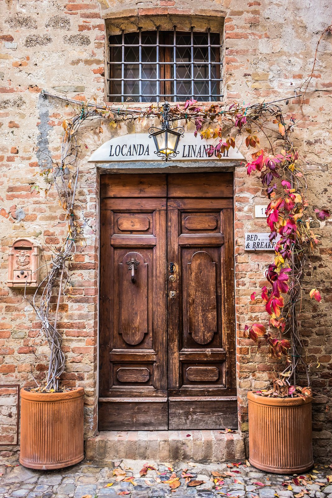 Foto Di Porte Antiche i colori dell'autunno.. | vecchie porte, paesaggio rustico