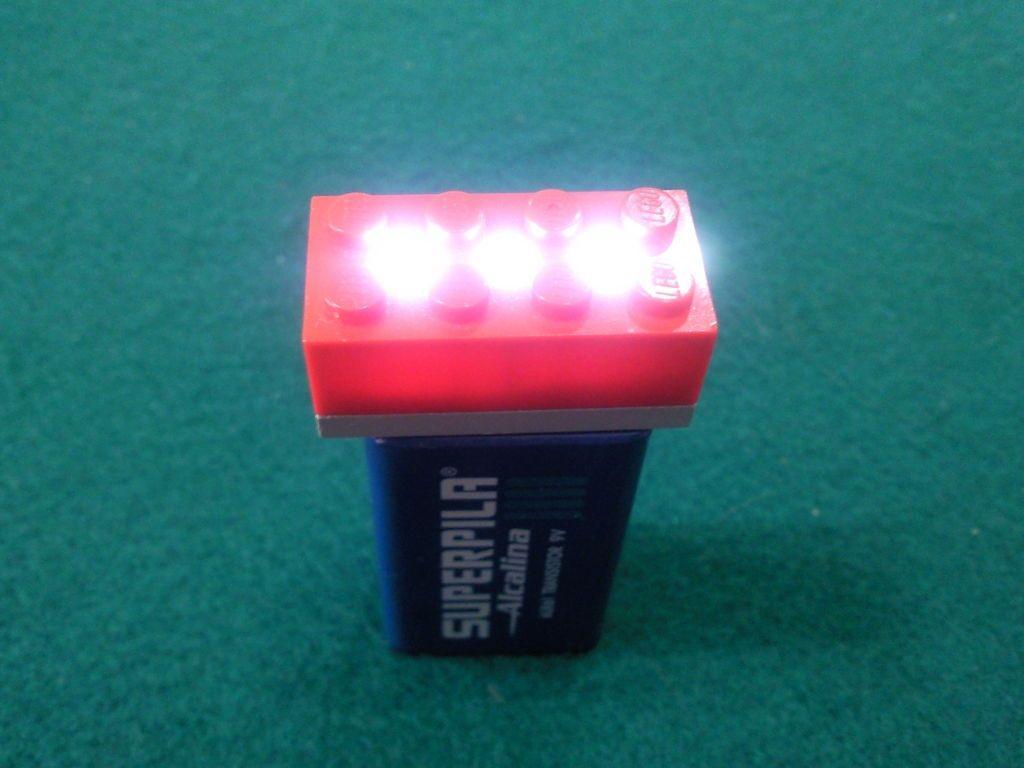 Linterna de lego. 3 LEDs, una pila de 9v y dos piezas de lego. No puede ser más sencillo.