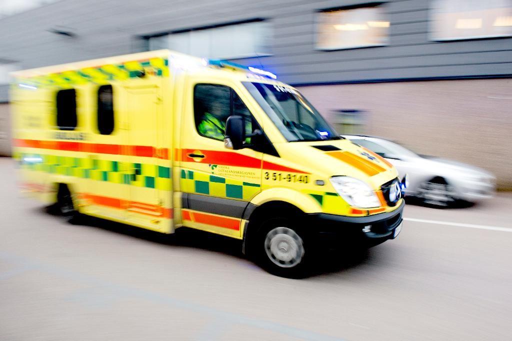 Ambulanspersonal möttes av knivkastning.