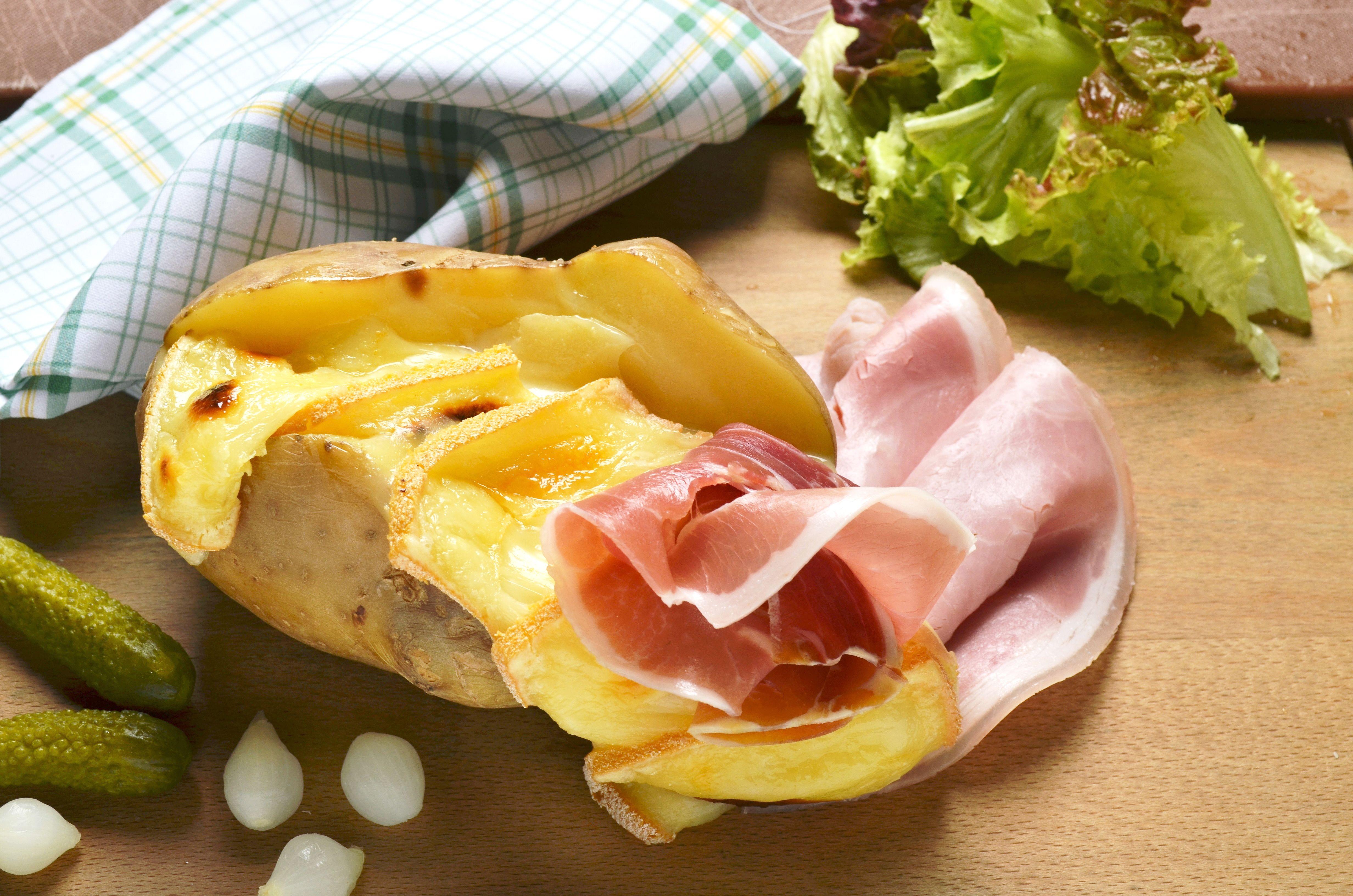 La savoyarde pomme de terre cuite au four jambon cru jambon cuit fromage raclette fondu - Quantite pomme de terre raclette ...